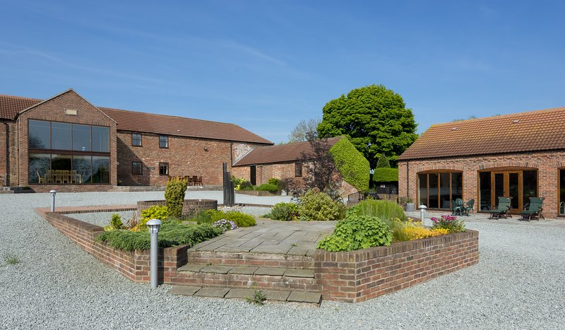 THE OLD BARN, 8 bedrooms, Driffield, holiday rental in Kilham