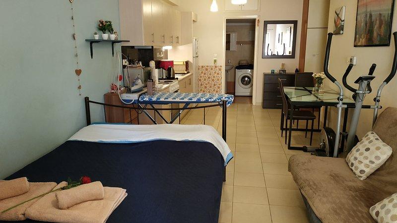Johnny's Central Modern Apartment, location de vacances à Nea Tiryntha