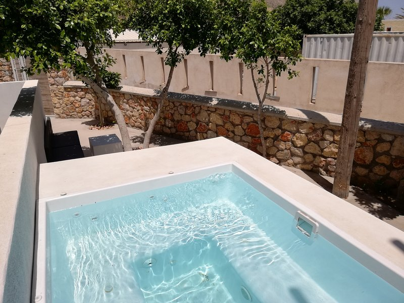 Three bedroom apartment with Jacuzzi - Loukas&Emma Family Houses, vacation rental in Perissa