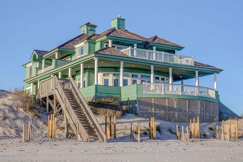 Hampton Colony 416 Oceanfront! | Community Pool, Hot Tub, Internet, Game Equipme, aluguéis de temporada em North Topsail Beach