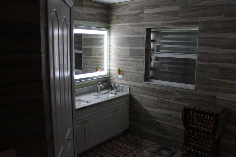 A vaidade dupla oferece iluminação LED para a quantidade perfeita de luz para se preparar para o dia.
