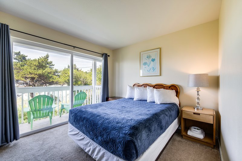 Lower-level, dog-friendly studio with ocean views - walk to the beach!, holiday rental in Lincoln City