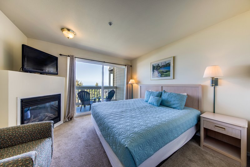 Dog-friendly suite with ocean views, a balcony & nearby beach access!, holiday rental in Lincoln City