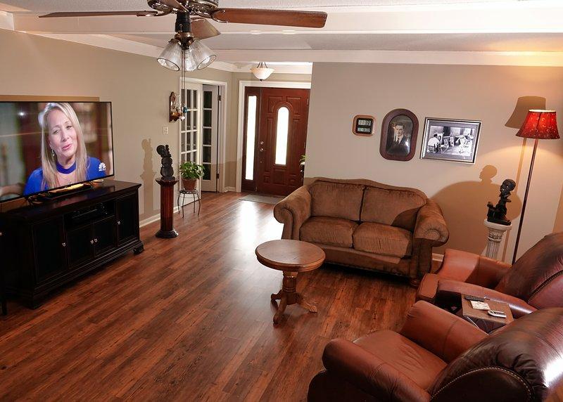 Salon avec télévision et chaînes câblées.