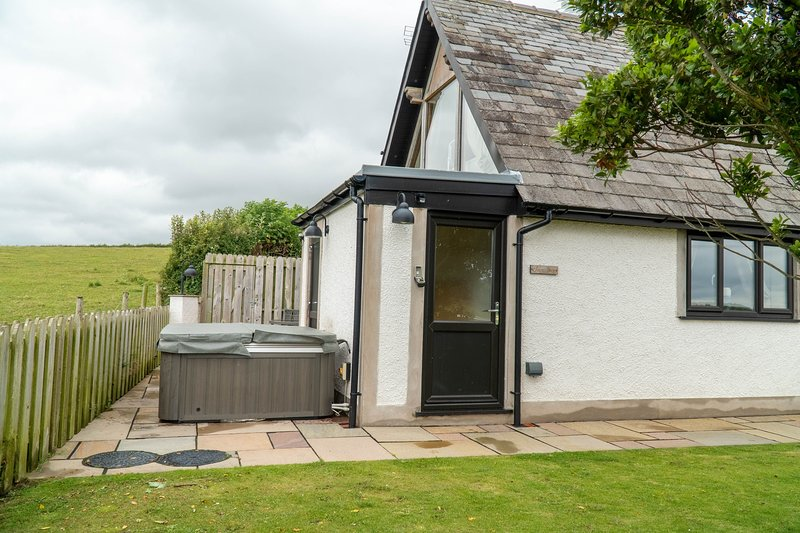 Snowdrop Cottage - Fabulous one-bedroom cottage with an outdoor hot tub., location de vacances à Newton in Furness