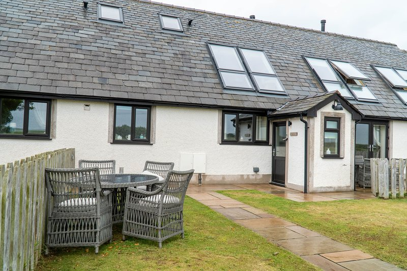 Bluebell Cottage - Two-bedroom mid-terrace cottage with hot tub & feature baths, vacation rental in Newton in Furness