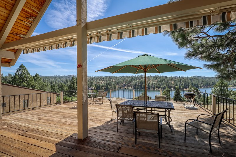 A-frame home w/ stunning lake views, huge deck, shared pool + near Yosemite!, location de vacances à Coulterville