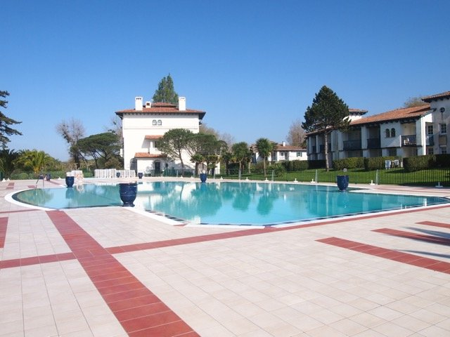 Nice apt with pool access & terrace, holiday rental in Urrugne