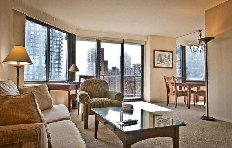 LUXURIOUS 2BR-2BA APT SUITE AT 94TH ST WITH DOORMAN & GYM, holiday rental in New York City