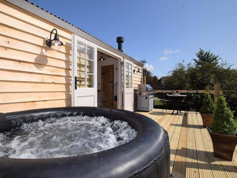 Decking privato con vasca idromassaggio, barbecue e area salotto