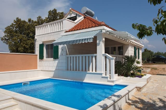 Beautiful villa with swimming-pool, location de vacances à Pucisce