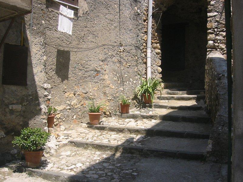 Gaden går under husrækken til den lille plads hvor huset ligger