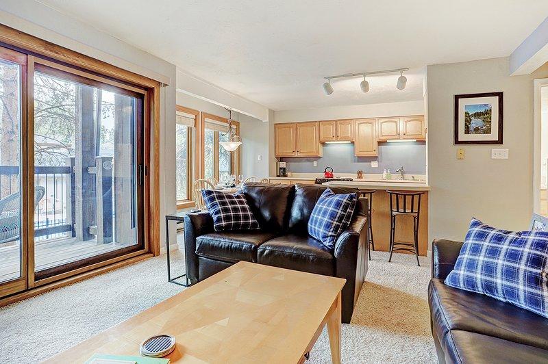 Acogedora sala de estar con muebles recientemente renovados