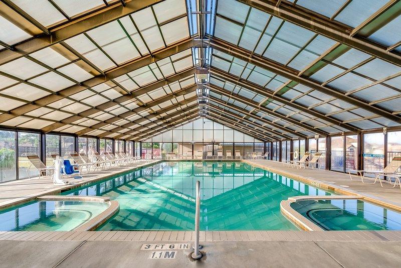 Aproveite as excelentes comodidades no local, incluindo a bela piscina coberta!