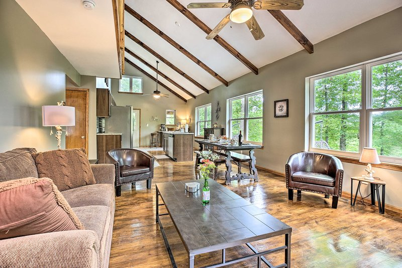 Rogers Cabin w/ Private Hot Tub & Movie Room!, holiday rental in Rogers
