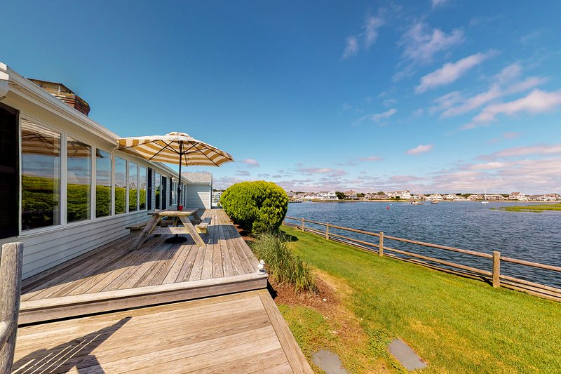 Stunning waterfront home w/ furnished deck, dock & majestic views! Dogs ok!, holiday rental in South Yarmouth