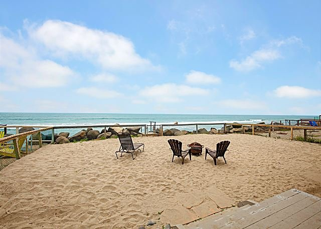 Immaculate 3,855 Square Foot Oceanfront Eden w/ Private Beach & 2 Kitchens, casa vacanza a Oceanside