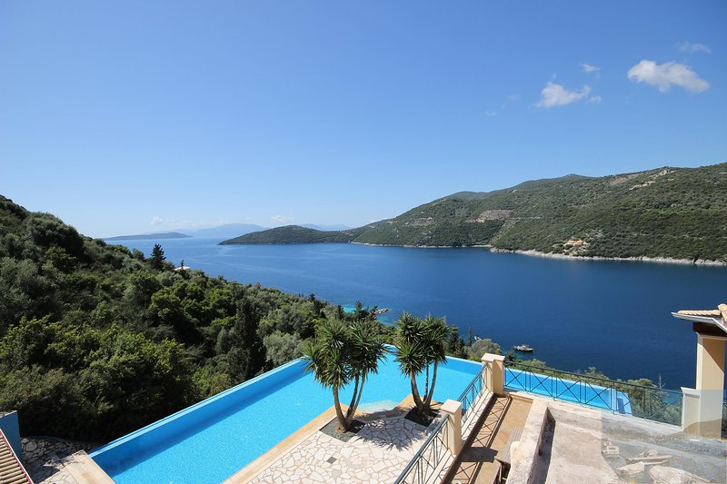 Lefkada Villa Mikros. Spectacular location & pool. Walk to beach. Mikros Gialos., vacation rental in Fterno
