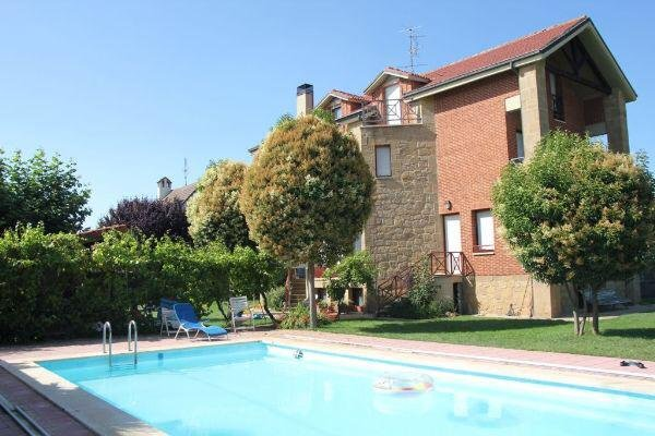 Preciosa casa independiente con piscina cubierta y gran jardin, holiday rental in San Asensio