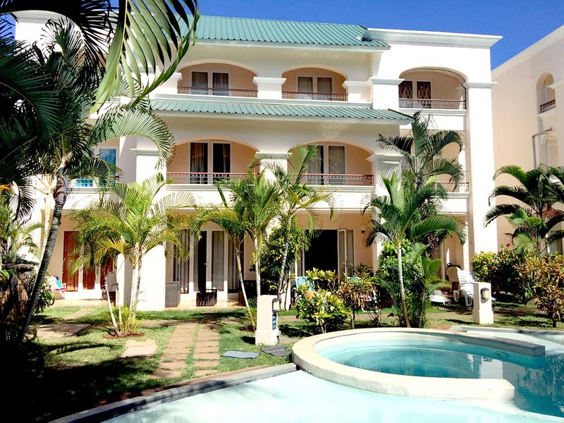 4 bedroom beach house in Flic en Flac | 5 minute walk from beach | Mauritius, Ferienwohnung in Flic en Flac