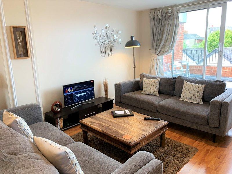31b Saint Leonards Road (2 Bed 2 Bath) by Accommodation Windsor Ltd, holiday rental in Eton