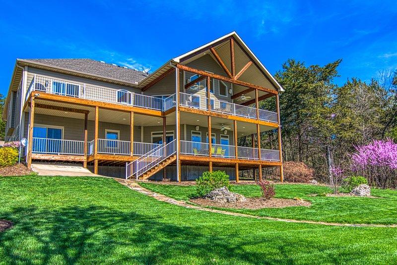 8 Bedroom Waterfront, Private Pool, Old Kinderhook Golf.  Top Reviews, vacation rental in Linn Creek