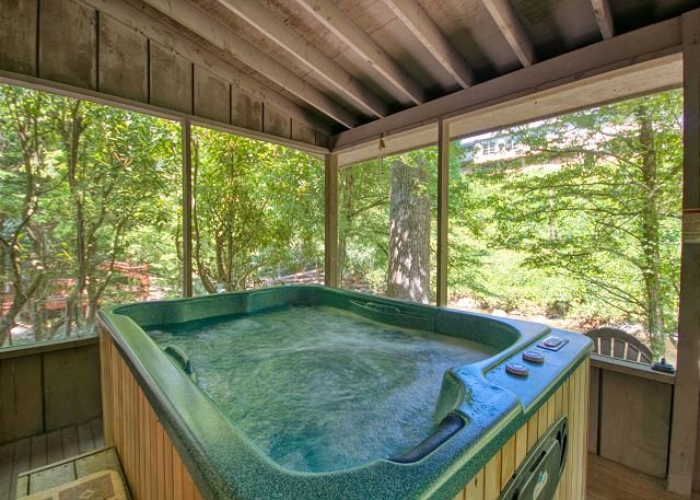 2 Bedroom Smoky Mountain Riverside Cabin with Hot Tub Close to Downtown, location de vacances à Gatlinburg