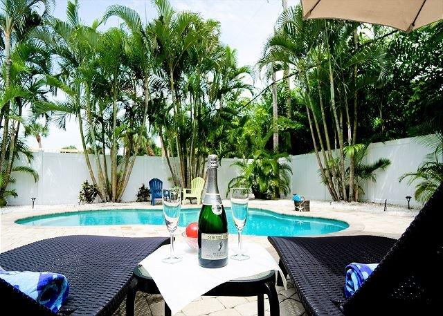 Sunbreeze - charming 3/2.5 home, great pool, steps to the beach!, alquiler vacacional en Anna Maria Island