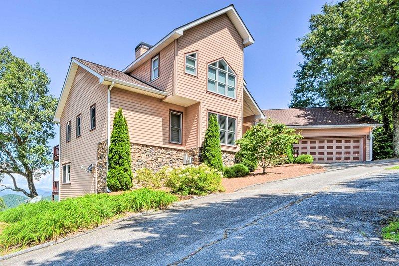 Fuggi a Sky Valley, GA con un soggiorno in questa incredibile casa a picco sul mare.