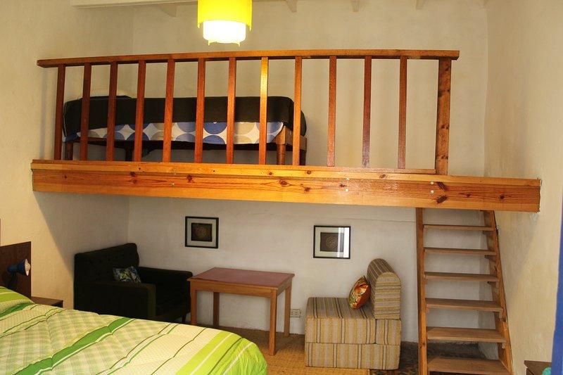 Dos camas en una exótica casa tradicional de Barranco. El baño está justo al lado.
