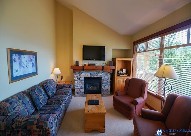Taluswood - Spacious Creekside Townhome with Amazing Views & Common Hot Tub, holiday rental in Whistler