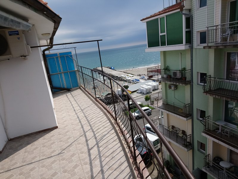 Beach Studio With Amazing View In A Vibrant Area, holiday rental in Pomorie