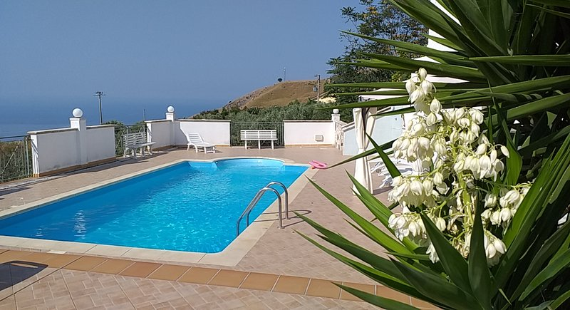 Villa con piscina vista mare, vacation rental in Lago