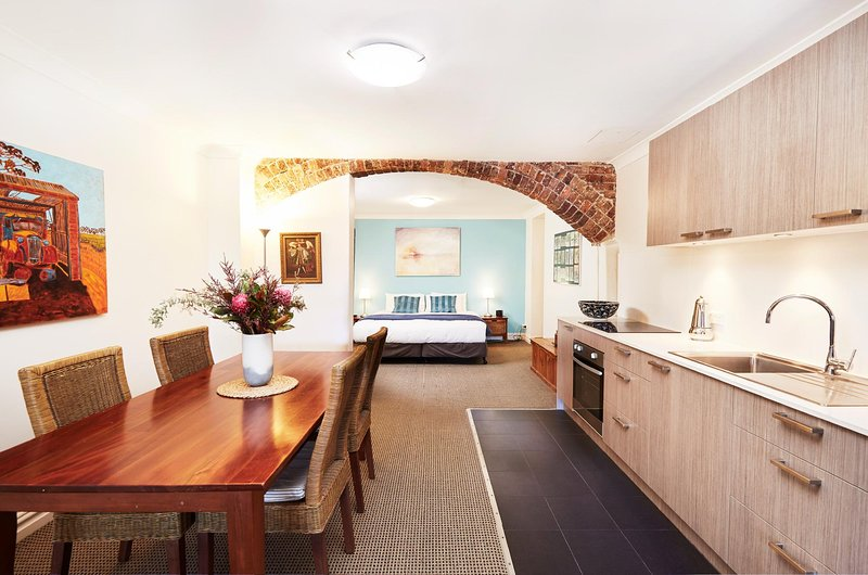 Spacious Studio With Courtyard and Extra Beds, vacation rental in Balmain