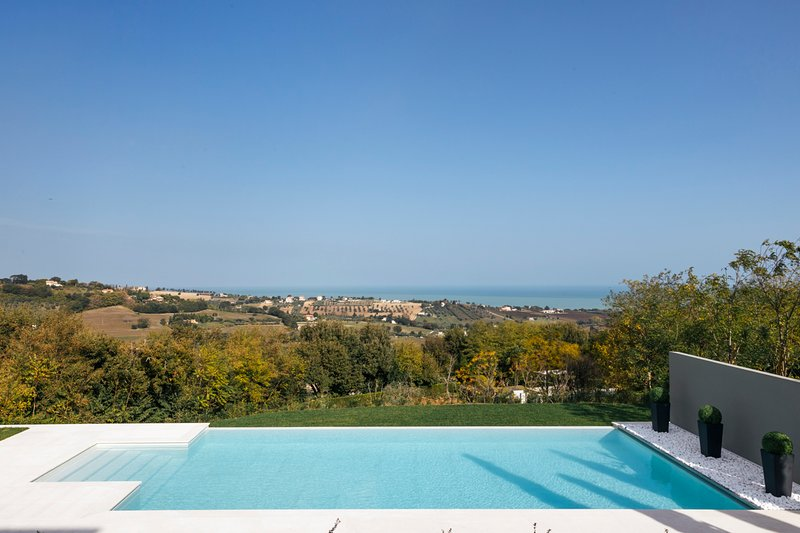 Civitanova Alta Villa Sleeps 12 with Pool and Air Con - 5787020, vacation rental in Sambucheto