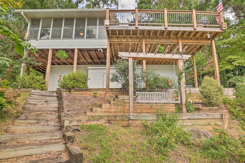 Scegli questa casa Gainesville unica nel suo genere per le tue avventure sul Lago Lanier.