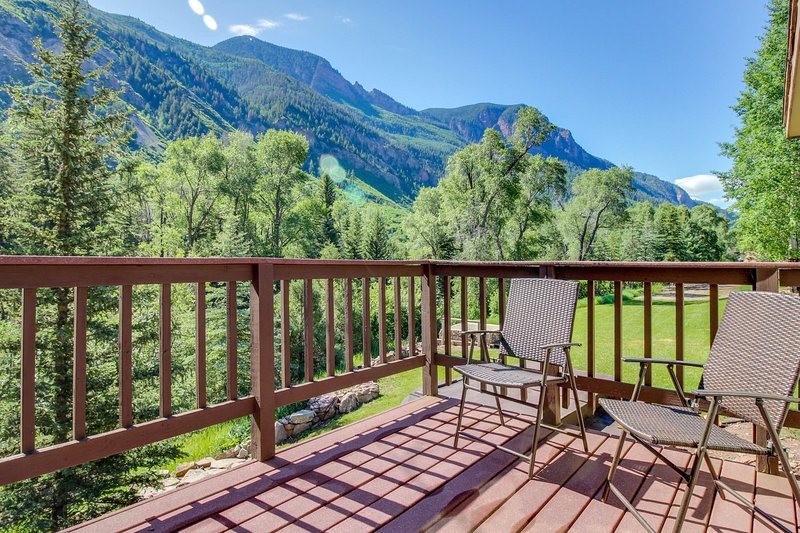 Waterfront cabins next to nature preserve - private hot tub & river views!, vacation rental in Marble