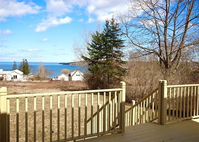 Charming bungalow with stunning views of Penobscot Bay and walk to downtown., vacation rental in South Thomaston
