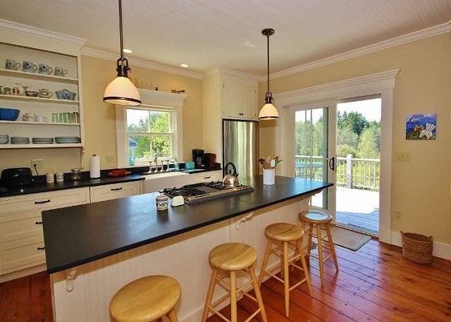 1870's Saltwater Farmhouse - stunningly restored and modernized., holiday rental in Spruce Head