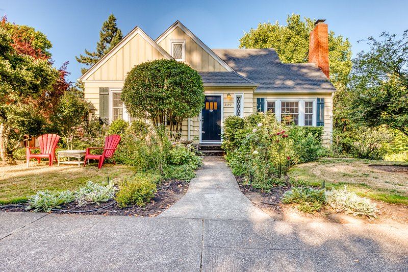Cheerful home with patio & yard - walk to parks, trails & Hayward Field!, vacation rental in Eugene