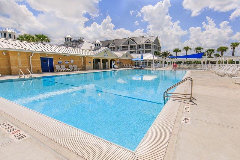 Contemple las magníficas vistas mientras descansa en la piscina al aire libre del hotel.