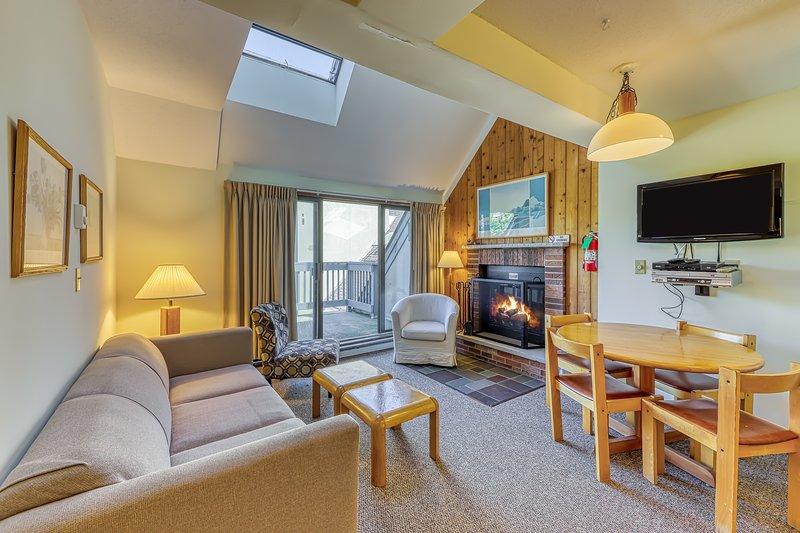 Cozy condo w/ shared pool, hot tub, sauna & more - walk to slopes! Chalet in Killington