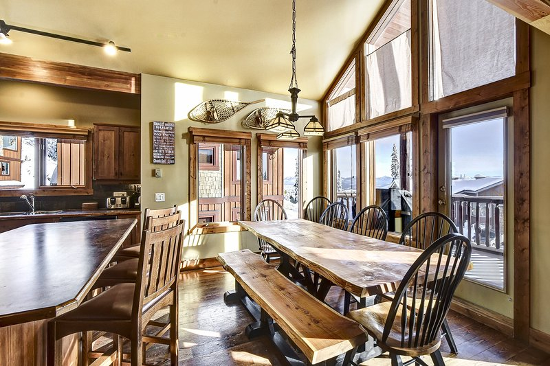 SLEEPS 18 - 3 bedrooms/3 Bathrooms + Den and Hot Tub, vacation rental in Big White