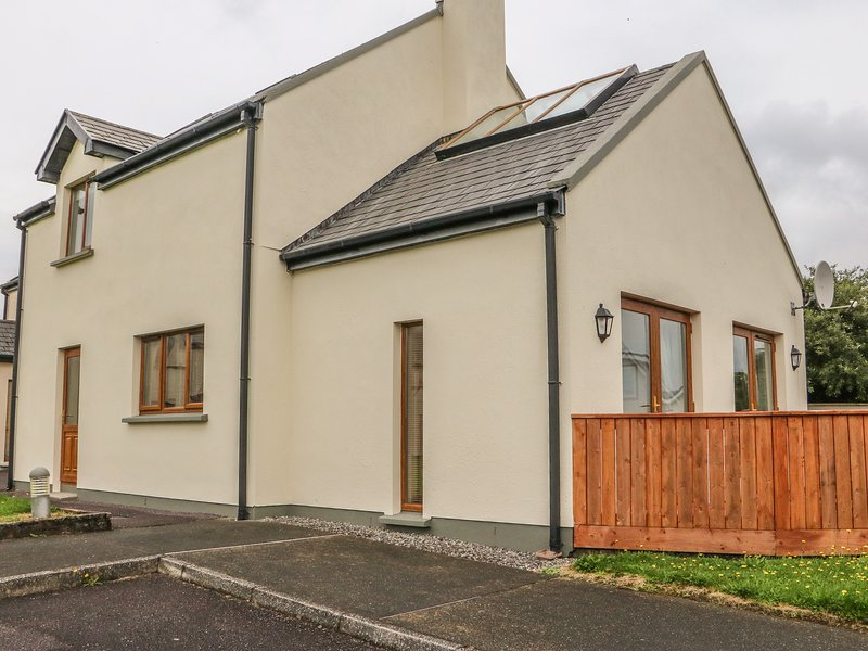 1 SNEEM HOLIDAY VILLAGE, detached cottage, en-suite bedrooms, decked area, on – semesterbostad i Sneem