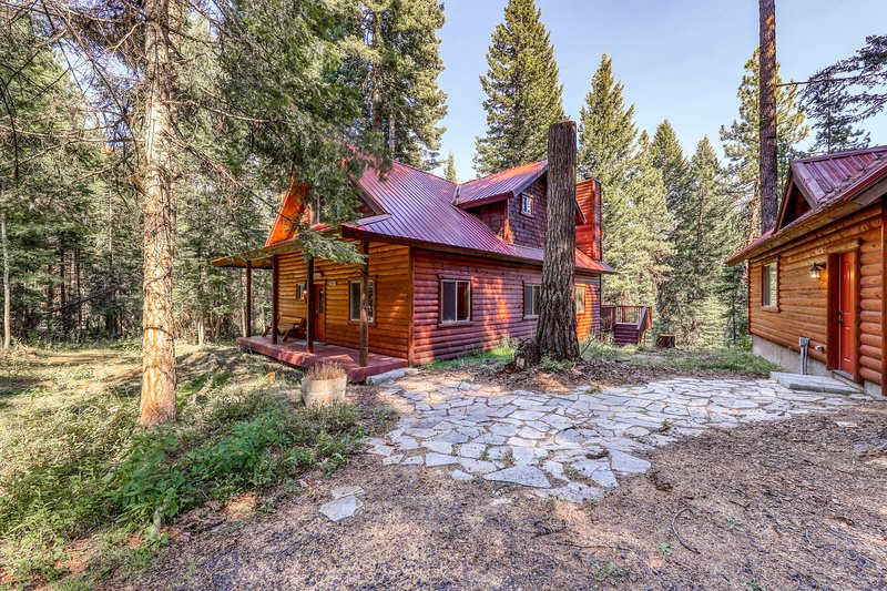 Peaceful log cabin with a firepit, a deck with forest views & a playhouse!, vacation rental in Tamarack