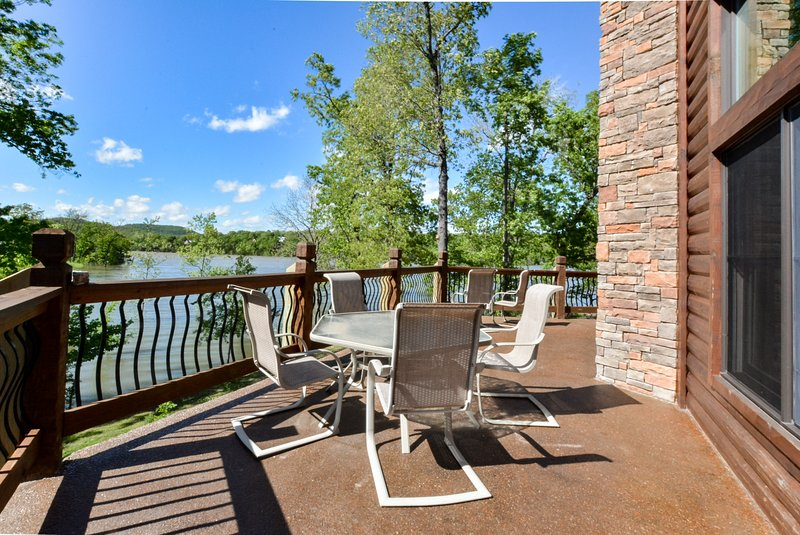 Luxury Lakefront Chalet Resort~2 Pools~FREE Amenities~Dock~Kayaks~Waterslide, holiday rental in Kimberling City