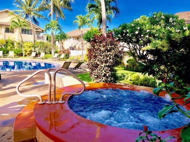 Clubhouse communautaire avec piscine, bain à remous et beaucoup de sièges et chaises longues