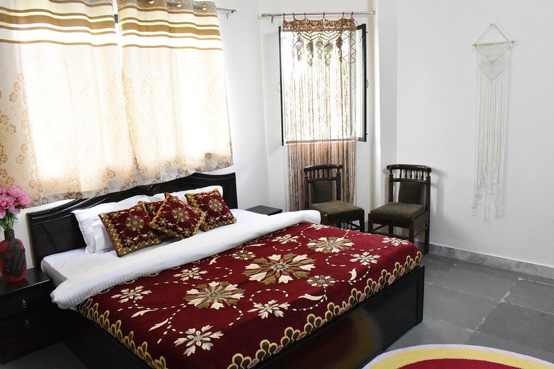 Relax & rejuvenate with yoga and healthy breakfast, holiday rental in Bhujra