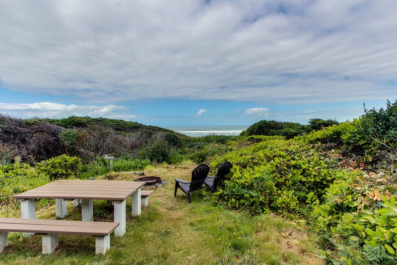 Dog-friendly oceanfront cabin in the trees with gorgeous views, vacation rental in Yachats