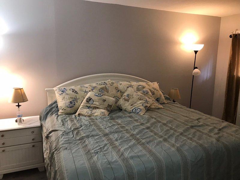 Nueva cama King, techo nuevo, pisos, pintura, azulejos de la bañera, lavabos a lo largo